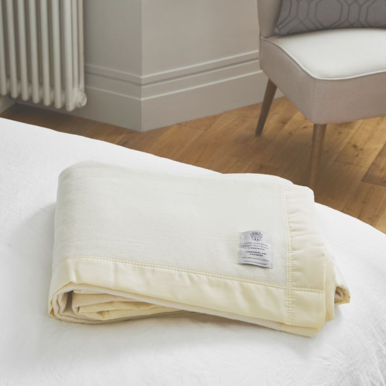 John Atkinsion Luxurious Lambswool Cashmere Blanket White